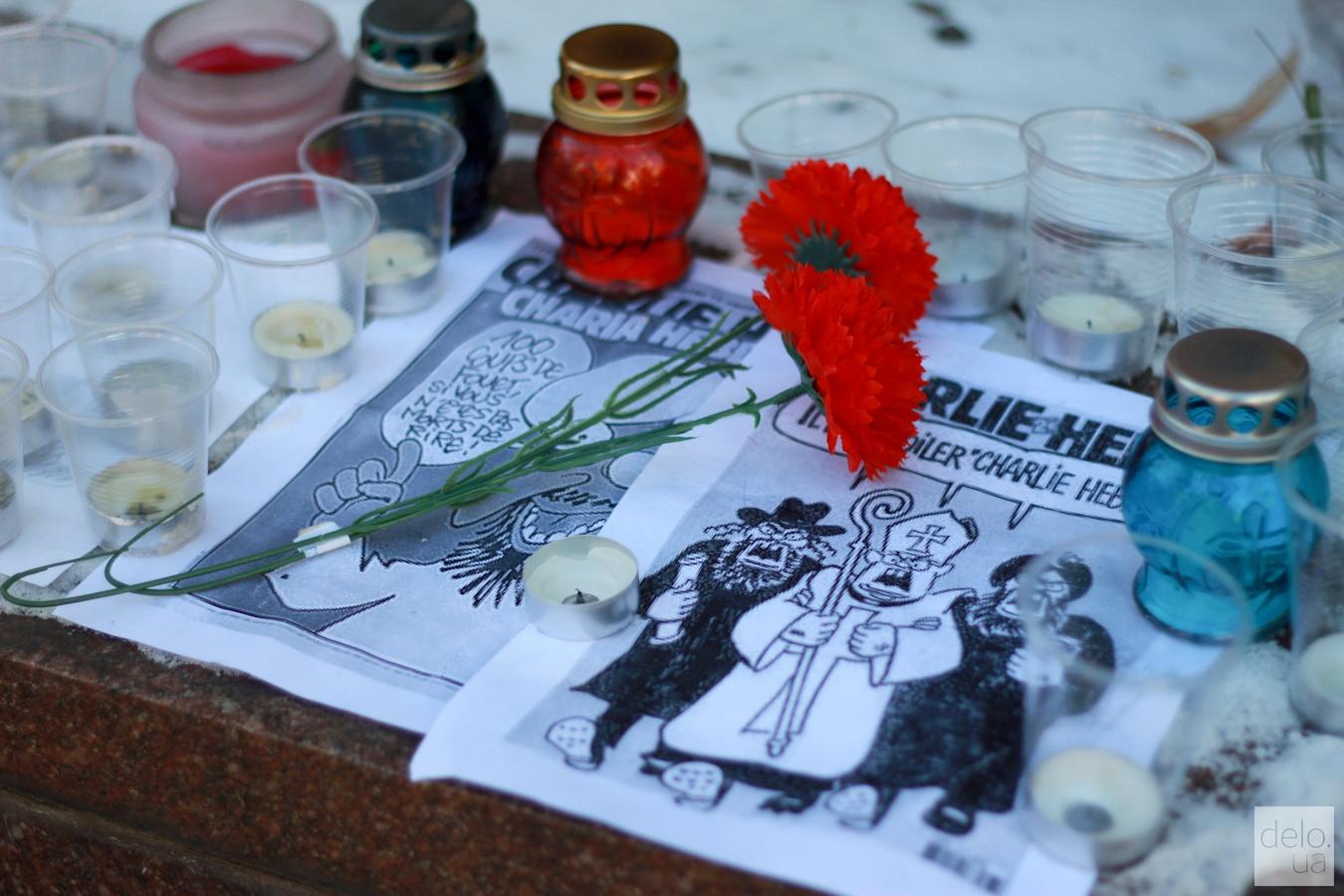 ФОТО: Украинцы несут цветы к посольству Франции в Киеве
