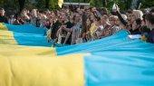 В Мариуполе развернули большой флаг Украины в знак единства страны
