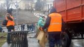 На Майдане коммунальщики убирают мусор и палатки. Начались потасовки